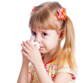 Девочка чихает