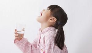 Ребенок полощет горло