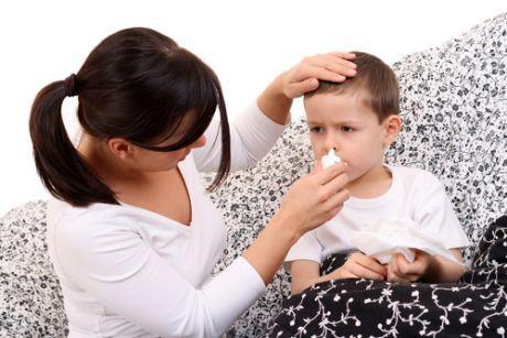 Мама  лечит ребенка