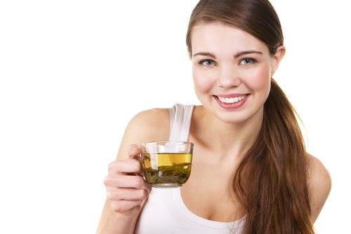 Девушка пьет чай из трав