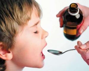 Мальчик принимает сироп