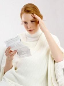 Девушка читает противопоказания к препарату