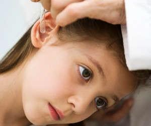 Закапывание капель в ухо ребенку