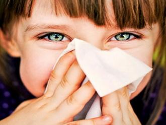 Насморк у ребенка летом: причины и лечение